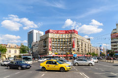 Κυκλοφορία ώρας κυκλοφοριακής αιχμής στο στο κέντρο της πόλης ρωμαϊκό τετράγωνο (Piata Romana) του Βουκουρεστι'ου Στοκ φωτογραφία με δικαίωμα ελεύθερης χρήσης