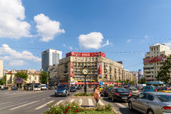 Κυκλοφορία ώρας κυκλοφοριακής αιχμής στο στο κέντρο της πόλης ρωμαϊκό τετράγωνο (Piata Romana) του Βουκουρεστι'ου Στοκ φωτογραφίες με δικαίωμα ελεύθερης χρήσης