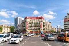Κυκλοφορία ώρας κυκλοφοριακής αιχμής στο στο κέντρο της πόλης ρωμαϊκό τετράγωνο (Piata Romana) του Βουκουρεστι'ου Στοκ Εικόνες