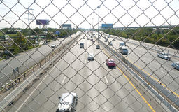 Κυκλοφοριακή ροή στον αυτοκινητόδρομο κατά τη διάρκεια της ώρας κυκλοφοριακής αιχμής. Στοκ Φωτογραφίες