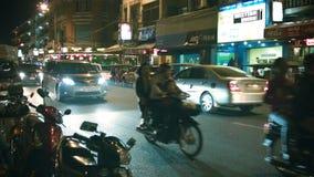 Κυκλοφοριακή ροή στους κεντρικούς δρόμους το βράδυ απόθεμα βίντεο