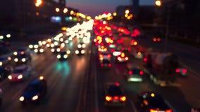 Κυκλοφοριακή συμφόρηση βραδιού των αυτοκινήτων στην πόλη φιλμ μικρού μήκους