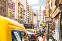 Κυκλοφοριακή συμφόρηση σε Avenida Corrientes στο στο κέντρο της πόλης Μπουένος Άιρες στοκ φωτογραφίες