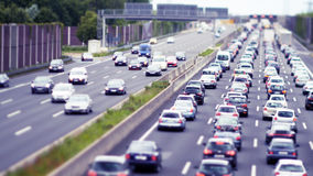 Κυκλοφοριακή συμφόρηση στον τεσσάρων λωρίδων αυτοκινητόδρομο Στοκ φωτογραφίες με δικαίωμα ελεύθερης χρήσης