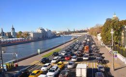 Κυκλοφοριακή συμφόρηση στο ανάχωμα Moskvoretskaya Μόσχα Ρωσία Στοκ εικόνες με δικαίωμα ελεύθερης χρήσης