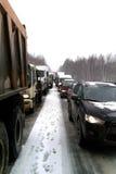 Κυκλοφοριακή συμφόρηση στο δρόμο το χειμώνα στοκ φωτογραφία