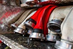 Κυλημένες μάνικες πυρκαγιάς, που τακτοποιούνται στις σειρές, στο διαμέρισμα γαντιών του πυροσβεστικού οχήματος στοκ εικόνες με δικαίωμα ελεύθερης χρήσης