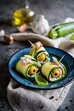 Κυλημένες φέτες κολοκυθιών που γεμίζονται με το μπέϊκον, το τυρί κρέμας και την ελιά Στοκ φωτογραφίες με δικαίωμα ελεύθερης χρήσης