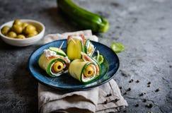 Κυλημένες φέτες κολοκυθιών που γεμίζονται με το μπέϊκον, το τυρί κρέμας και την ελιά Στοκ Εικόνες