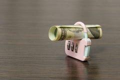 Κυλημένο επάνω τραπεζογραμμάτιο στην κλειδαριά Είναι ένα σύμβολο της αποταμίευσης οικονομίας και μετρητών στοκ εικόνα