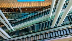 Κυλιόμενες σκάλες και στήλες αερολιμένων στοκ φωτογραφίες