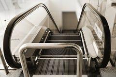 Κυλιόμενη σκάλα με τις γραμμές που περιγράφουν κάθε βήματα για το χαρακτηρισμό του ορίου της περιοχής ασφάλειας Στοκ Εικόνα