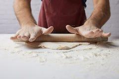 Κυλώντας ζύμη αρχιμαγείρων με την κυλώντας καρφίτσα Στοκ Εικόνες