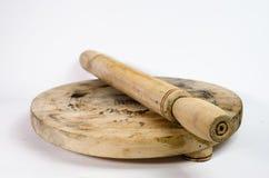 Κυλώντας καρφίτσα για να ζυμώσει το αλεύρι, σε ένα απομονωμένο λευκό υπόβαθρο στοκ φωτογραφίες