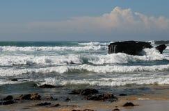 κυλώντας κύματα ακτών Στοκ Εικόνες