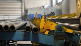 Κυλώντας μηχανή σωλήνων στο εργοστάσιο απόθεμα βίντεο