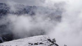 Κυλώντας ομίχλη στα ιταλικά βουνά απόθεμα βίντεο