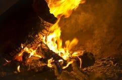 Κυλώντας πυρκαγιά που καίγεται στο κοίλωμα πυρκαγιάς Στοκ φωτογραφίες με δικαίωμα ελεύθερης χρήσης