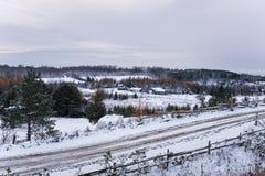 Κυλώντας χειμερινό τοπίο κάτω από το νεφελώδη ουρανό Στοκ Εικόνες