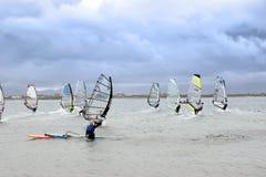 Κυματίζοντας αέρας surfer που συναγωνίζεται στους ατλαντικούς ανέμους θύελλας Στοκ φωτογραφία με δικαίωμα ελεύθερης χρήσης