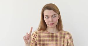 Κυματίζοντας δάχτυλο γυναικών στο απόρριμα απόθεμα βίντεο