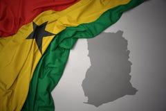 Κυματίζοντας ζωηρόχρωμοι εθνική σημαία και χάρτης της Γκάνας διανυσματική απεικόνιση