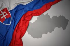 Κυματίζοντας ζωηρόχρωμοι εθνική σημαία και χάρτης της Σλοβακίας Στοκ Εικόνες