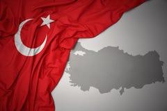Κυματίζοντας ζωηρόχρωμοι εθνική σημαία και χάρτης της Τουρκίας Στοκ φωτογραφίες με δικαίωμα ελεύθερης χρήσης