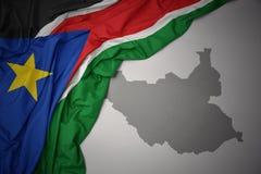 Κυματίζοντας ζωηρόχρωμοι εθνική σημαία και χάρτης του Νότιου Σουδάν διανυσματική απεικόνιση