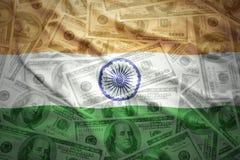Κυματίζοντας ινδική σημαία σε ένα αμερικανικό υπόβαθρο χρημάτων δολαρίων Στοκ φωτογραφία με δικαίωμα ελεύθερης χρήσης