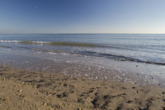 Κυματίζοντας κύματα την ηλιόλουστη χειμερινή ημέρα στην παραλία Στοκ Εικόνες