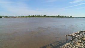 Κυματίζοντας νερό και μικρό νησί απόθεμα βίντεο
