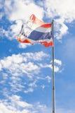 Κυματίζοντας ουρανός πόλων σημαιών της Ταϊλάνδης σημαιών Στοκ Εικόνες