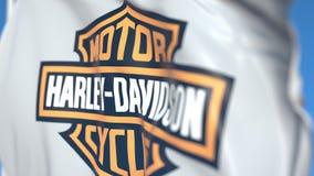 Κυματίζοντας σημαία με τη Harley-Davidson, INC λογότυπο, κινηματογράφηση σε πρώτο πλάνο Εκδοτική τρισδιάστατη απόδοση ελεύθερη απεικόνιση δικαιώματος