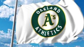 Κυματίζοντας σημαία με το επαγγελματικό λογότυπο ομάδων των Oakland Athletics Εκδοτική τρισδιάστατη απόδοση Στοκ εικόνα με δικαίωμα ελεύθερης χρήσης