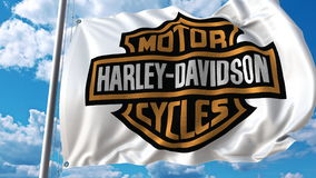 Κυματίζοντας σημαία με το λογότυπο της Harley-Davidson ενάντια στον ουρανό και τα σύννεφα Εκδοτική τρισδιάστατη απόδοση απεικόνιση αποθεμάτων