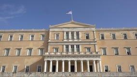 Κυματίζοντας σημαία στο ελληνικό κτήριο των Κοινοβουλίων στην Αθήνα, Ελλάδα απόθεμα βίντεο