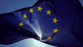 Κυματίζοντας σημαία της Ευρωπαϊκής Ένωσης στον αέρα με έναν μπλε ουρανό απόθεμα βίντεο