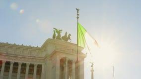 Κυματίζοντας σημαία της Ιταλίας και ιστορικού Vittorio Emanuele ΙΙ μνημείο στην πλατεία Venezia πλατειών απόθεμα βίντεο