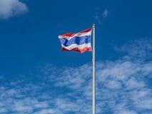 Κυματίζοντας σημαία της Ταϊλάνδης με το υπόβαθρο μπλε ουρανού Στοκ εικόνες με δικαίωμα ελεύθερης χρήσης