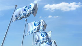 Κυματίζοντας σημαίες με το λογότυπο της China Mobile ενάντια στον ουρανό, εκδοτική τρισδιάστατη απόδοση Στοκ Φωτογραφίες