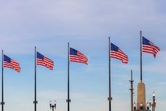 Κυματίζοντας σημαίες των Ηνωμένων Πολιτειών στην αποβάθρα Σικάγο με το SK Στοκ Φωτογραφίες