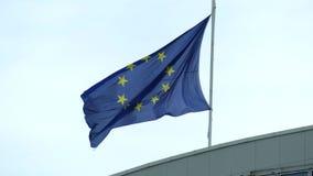 Κυματίζοντας φορεμένη σημαία της Ευρωπαϊκής Ένωσης στη στέγη ενός κτηρίου Στοκ εικόνα με δικαίωμα ελεύθερης χρήσης