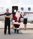 Κυματίζοντας χέρι Santa ενάντια στο ιδιωτικό αεριωθούμενο αεροπλάνο Στοκ Εικόνες
