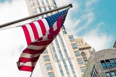 Κυματίζοντας χτίζοντας πόλη οδών σημαιών της Αμερικής ΗΠΑ Στοκ φωτογραφία με δικαίωμα ελεύθερης χρήσης