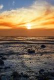 Κυματισμοί στη δύσκολη beal παραλία Στοκ Φωτογραφία