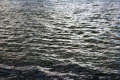 Κυματισμοί στο μπλε νερό του ποταμού της Μόσχας Στοκ εικόνα με δικαίωμα ελεύθερης χρήσης