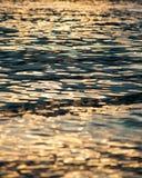 Κυματισμός του νερού στο ηλιοβασίλεμα Στοκ Φωτογραφίες