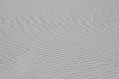 Κυματιστές άσπρες άμμοι Στοκ φωτογραφία με δικαίωμα ελεύθερης χρήσης