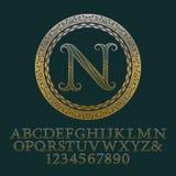 Κυματιστές διαμορφωμένες χρυσές επιστολές και αριθμοί με το αρχικό μονόγραμμα Στοκ Φωτογραφία